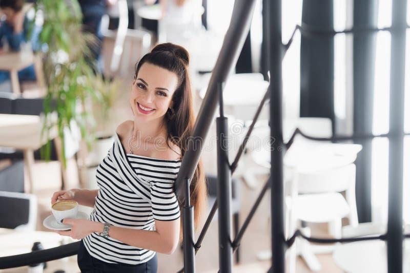 Dorosłego, pięknej i naturalnej młoda kobieta w kawiarni, Smily i atrakcyjny żeński trwanie salowy obrazy royalty free