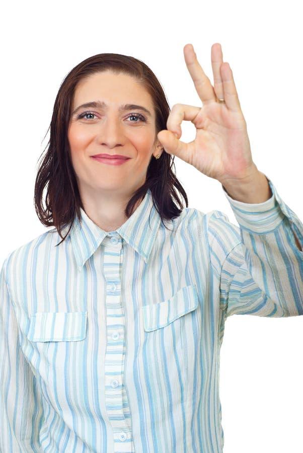dorosłego w połowie zadowalającego seans szyldowa uśmiechnięta kobieta obraz stock