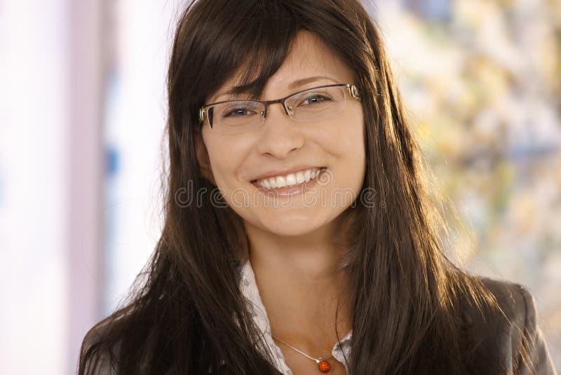 dorosłego zbliżenia w połowie portreta uśmiechnięta kobieta zdjęcia stock