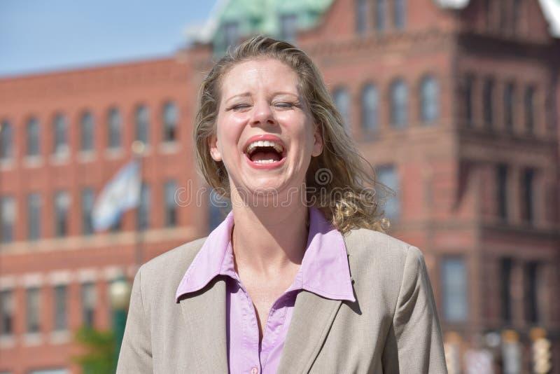 Dorosłej blondynki Biznesowa kobieta I śmiech fotografia royalty free
