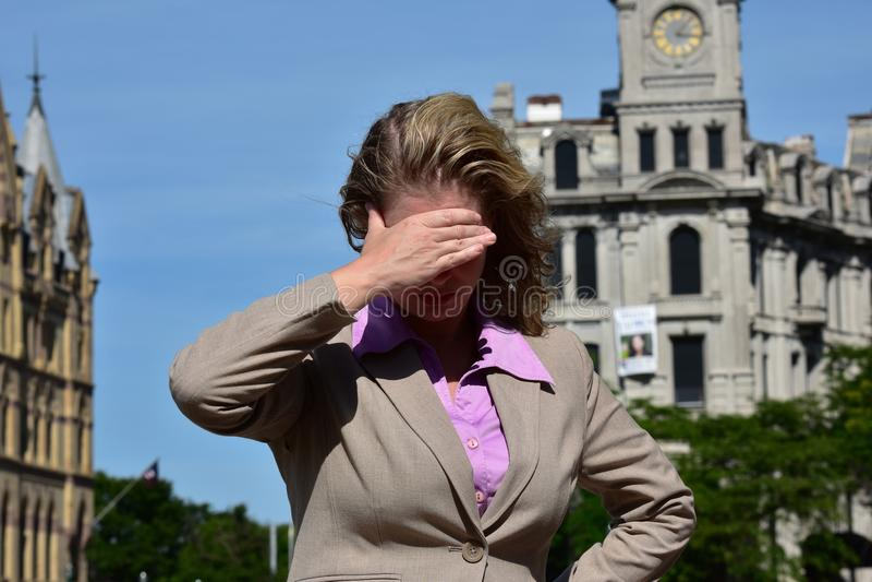 Dorosłej blondynki Biznesowa kobieta I Jaskrawy słońce Jest ubranym kostium obraz royalty free