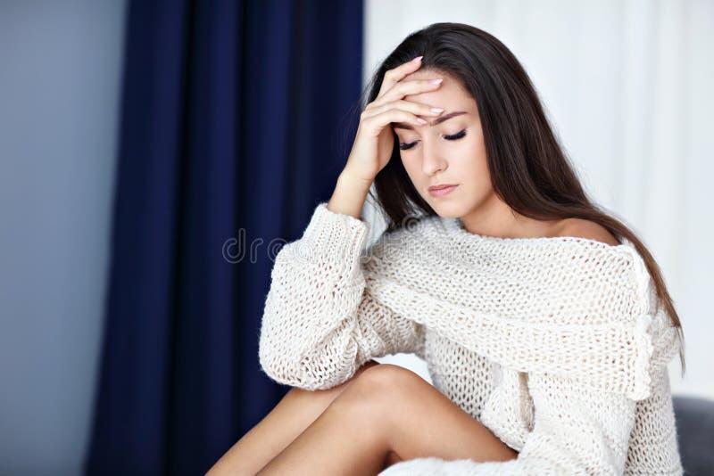 Dorosłej kobiety cierpienie od migreny w domu obrazy stock