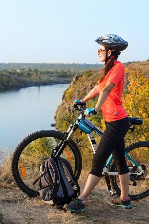Dorosłej kobiety cyklista podziwia krajobraz obrazy royalty free