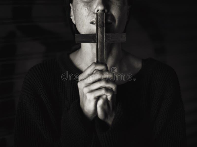 Dorosłej kobiety ręki Trzyma Przecinającego modlenie dla bóg religii obraz stock