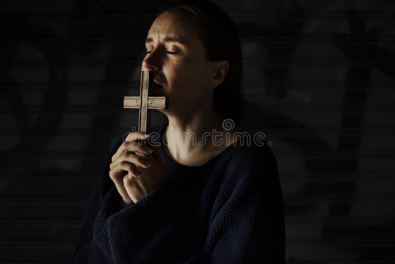 Dorosłej kobiety ręki Trzyma Przecinającego modlenie dla bóg religii fotografia stock