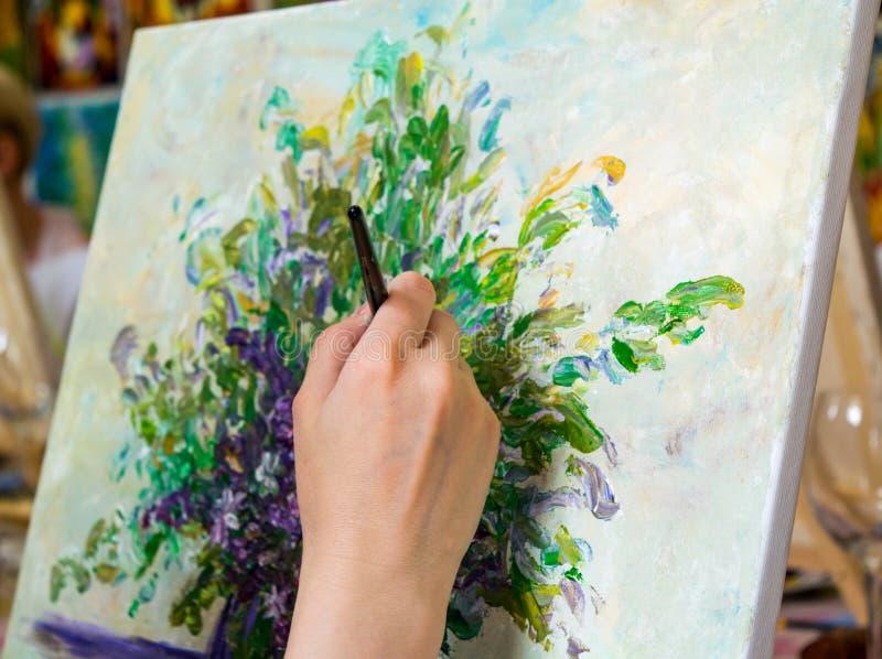 Dorosłej kobiety rysunku kwiatu bukiet z jej prawą ręką obraz stock