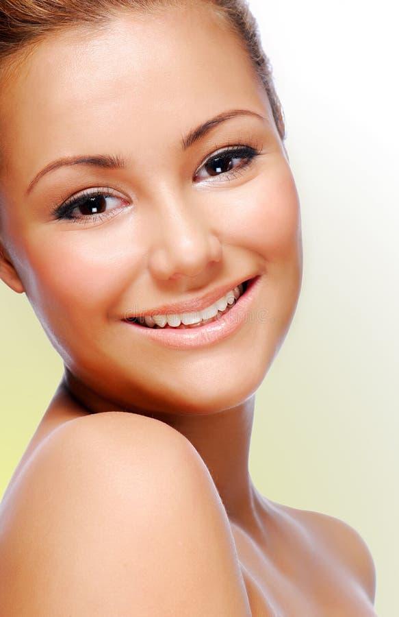 dorosłej pięknej twarzy miling kobiety potomstwa zdjęcie stock