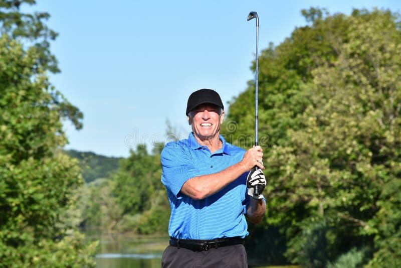 Dorosłej samiec atleta Outdoors Z Golf Club Bawić się golfa zdjęcia royalty free