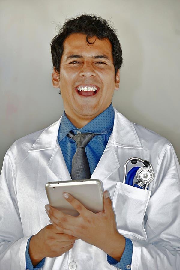 Dorosłej samiec lekarka Z pastylki Śmiać się obraz stock