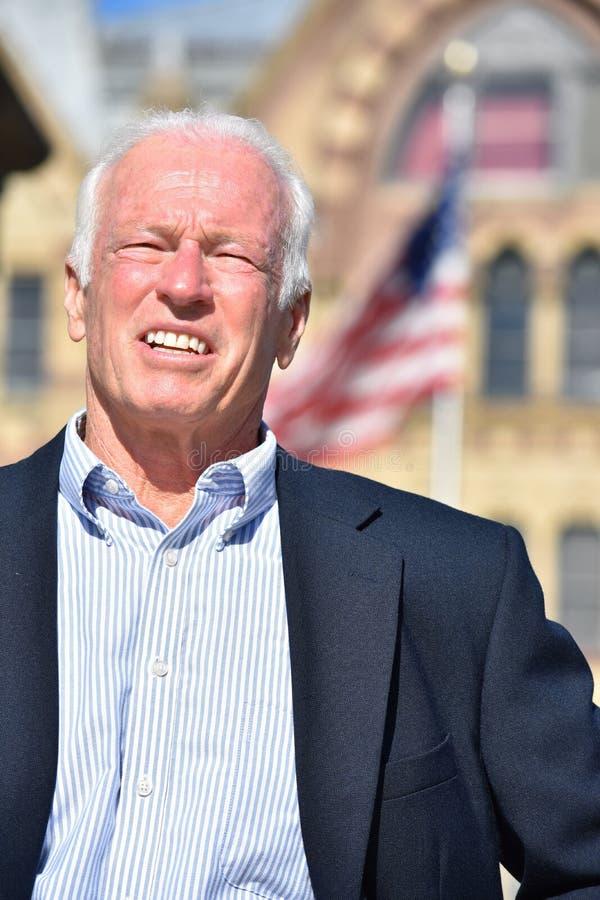 Dorosłej samiec polityk ono Uśmiecha się Będący ubranym garnitur obraz royalty free