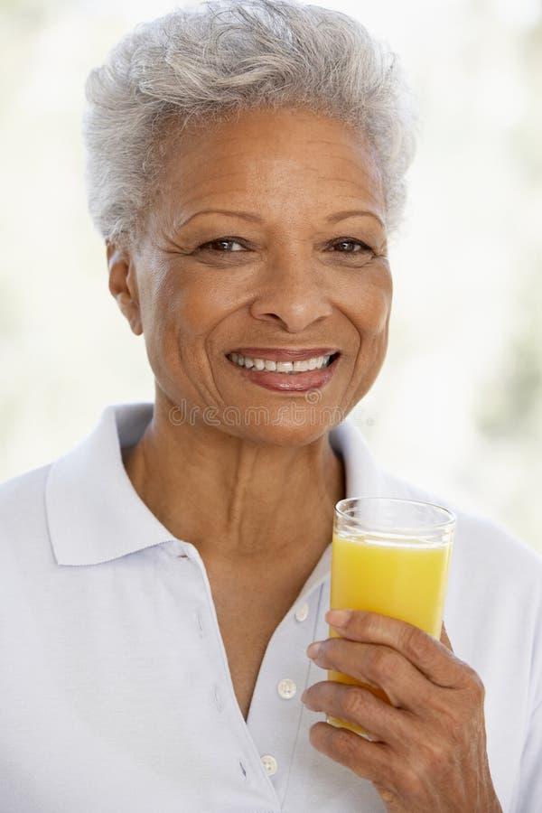 dorosły świeży szklany mienia soku pomarańcze senior obrazy royalty free