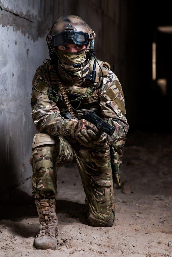 Dorosły, amunicja, zbrojąca, opancerzenie, wojsko, kuloodporny, kamuflaż, odzież, walka, konflikt, obrońca, walka, siła, siły, gl fotografia stock