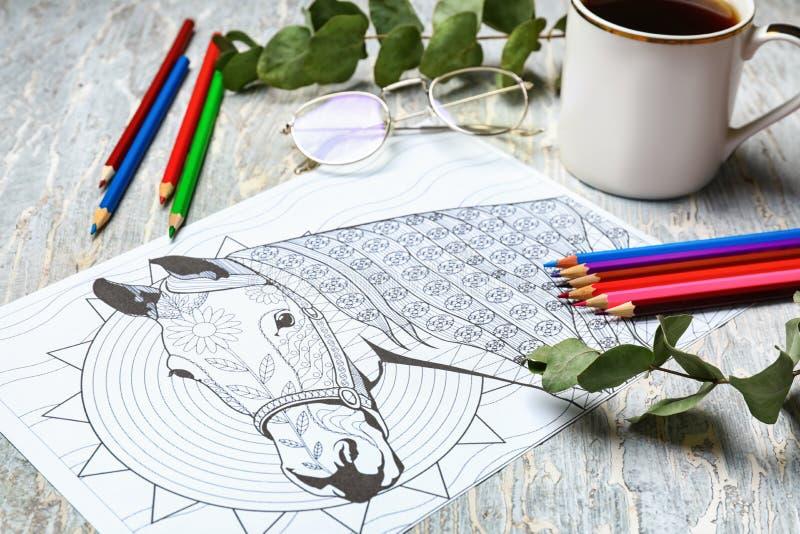 Dorosły anty stres kolorystyki obrazek, ołówki i filiżanka kawy na stole, obraz royalty free