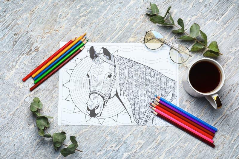Dorosły anty stres kolorystyki obrazek, ołówki i filiżanka kawy na stole, odgórny widok obrazy royalty free