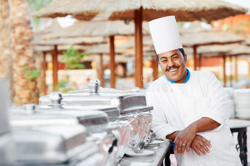 Arabski szef kuchni z jedzeniem przy restauracyjnym hotelem obraz stock