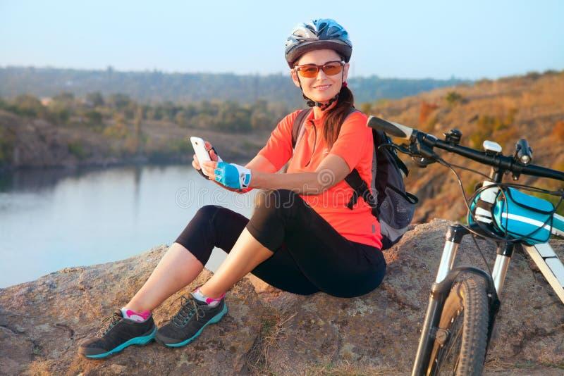 Dorosły atrakcyjny żeński cyklisty ono uśmiecha się obrazy royalty free