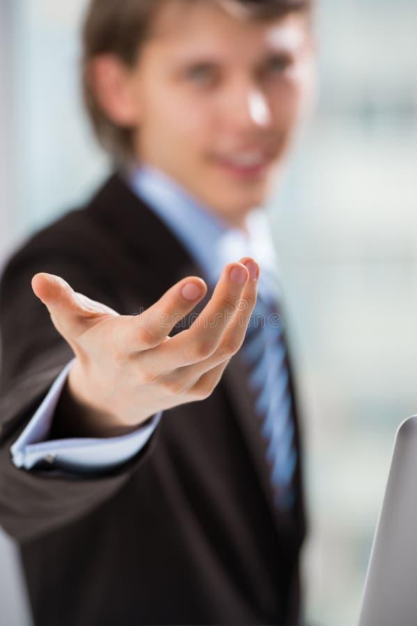 Dorosły biznesowy mężczyzna wskazuje przy tobą zdjęcie royalty free