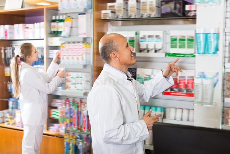 Dorosły farmaceuty i apteka technika pomagać obraz royalty free