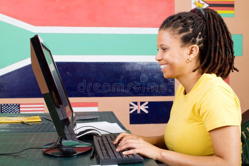 Download Dorosły Komputerowy Studencki Używać Obraz Stock - Obraz złożonej z enjoy, radosny: 13325037