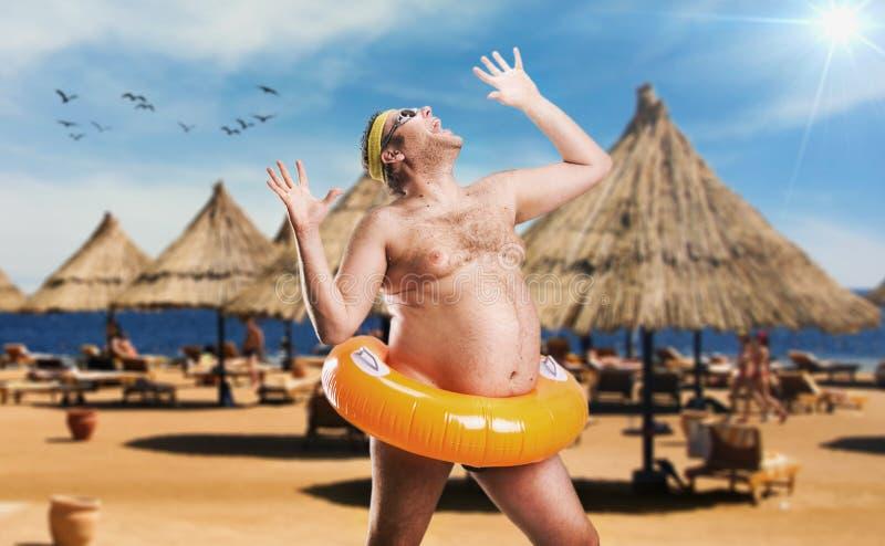 Dorosły mężczyzna na plaży obrazy royalty free