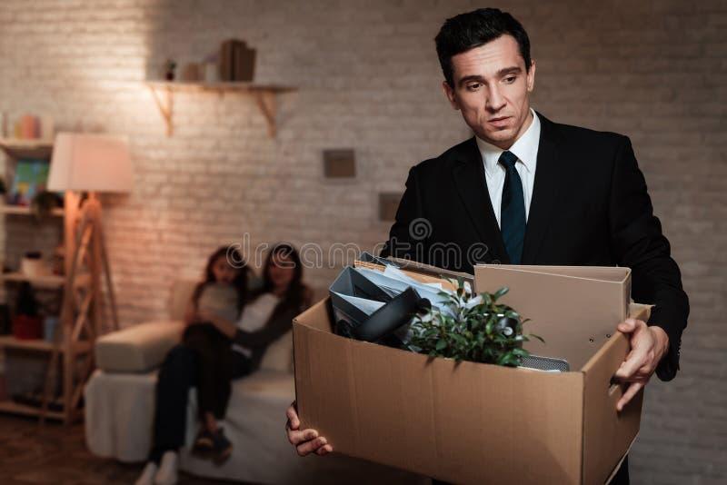 Dorosły mężczyzna opuszcza rodziny z materiału pudełkiem Ojców liście stwarzają ognisko domowe przez problemów w rodzinie obraz stock