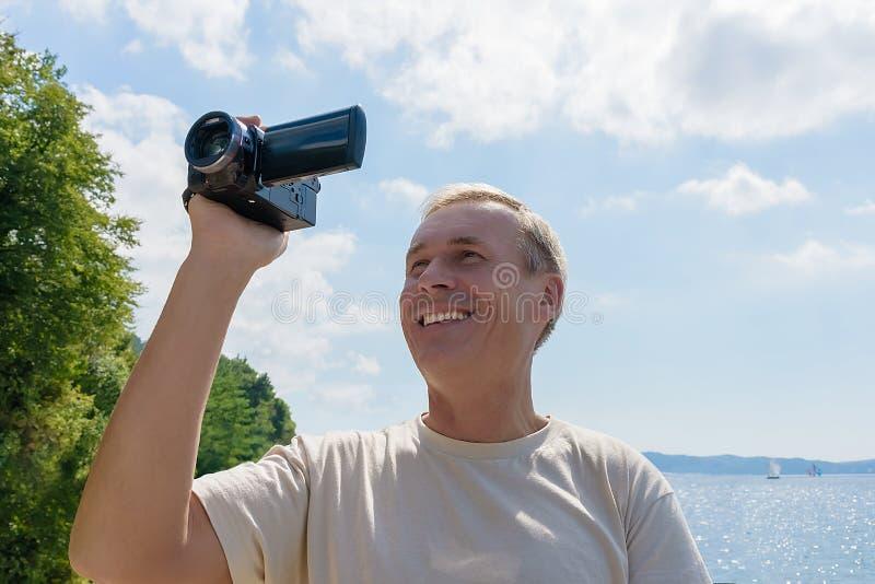 Dorosły mężczyzna, senior strzela wideo na kamerze Czas wolny i podróż na Adriatyckim morzu zdjęcia stock