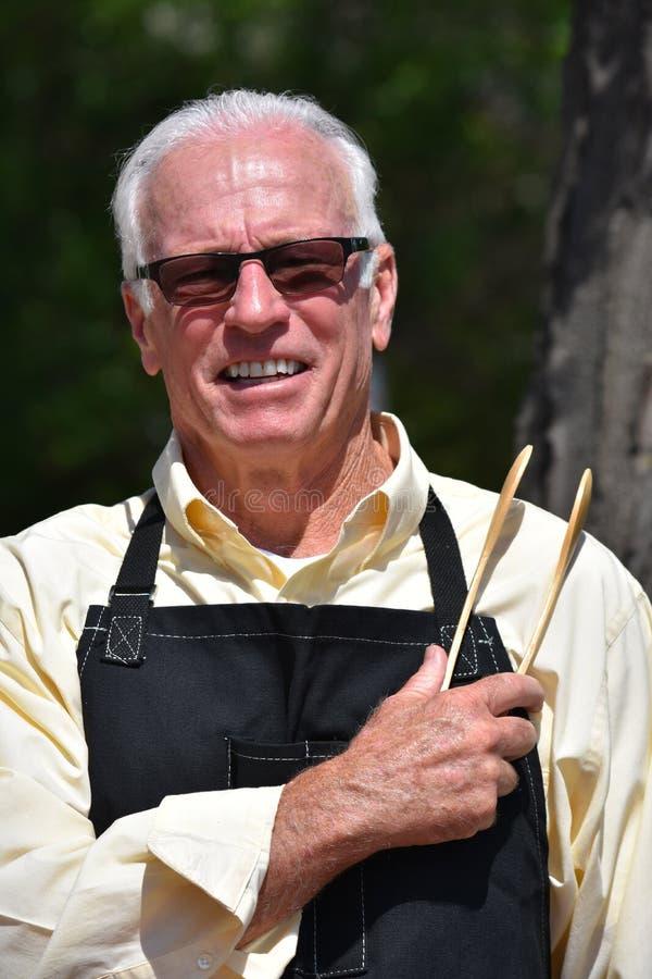 Dorosły Przechodzić na emeryturę samiec Cook ono Uśmiecha się obrazy stock