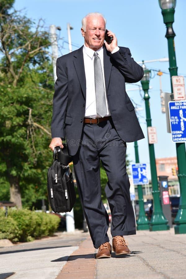 Dorosły Starszy inwestor Używa telefon komórkowego I Szczęśliwego odprowadzenie obraz stock
