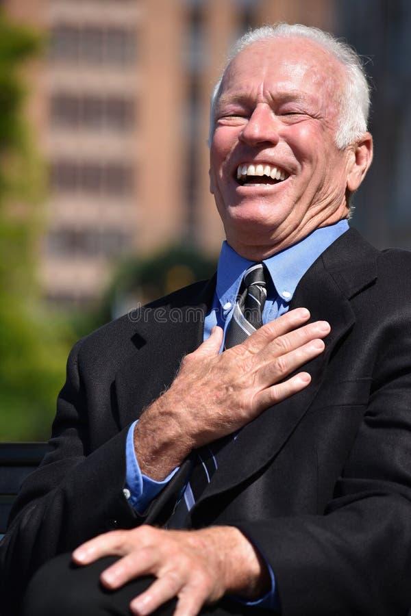Dorosły Starszy przedsiębiorca I śmiech Jest ubranym garnitur zdjęcia stock