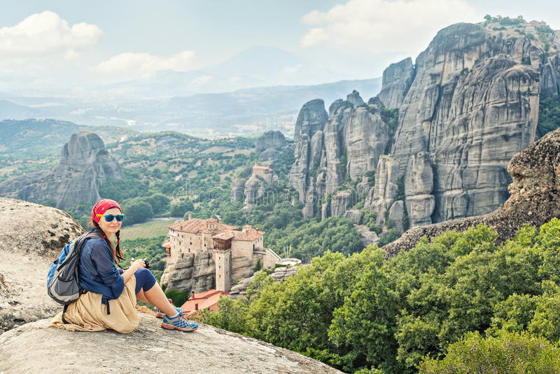 Dorosły szczęśliwy kobieta podróżnik cieszy się krajobraz z powulkaniczną górą obraz royalty free