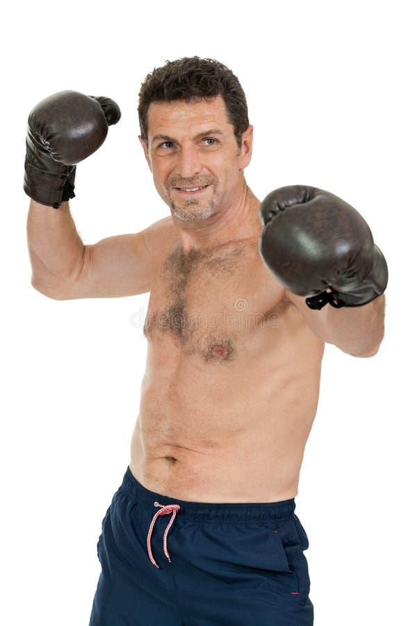Dorosły uśmiechnięty mężczyzna boksu sporta rękawiczek bokser odizolowywający zdjęcie stock