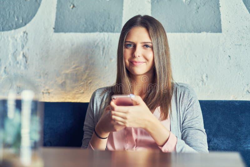 Doros?y ?adny kobiety obsiadanie w restauracji fotografia stock