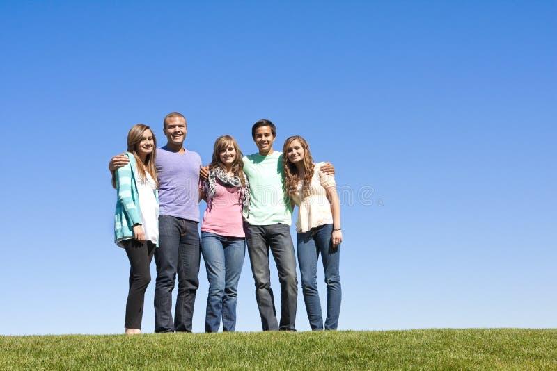 dorosli grupują uśmiechniętych potomstwa zdjęcie royalty free