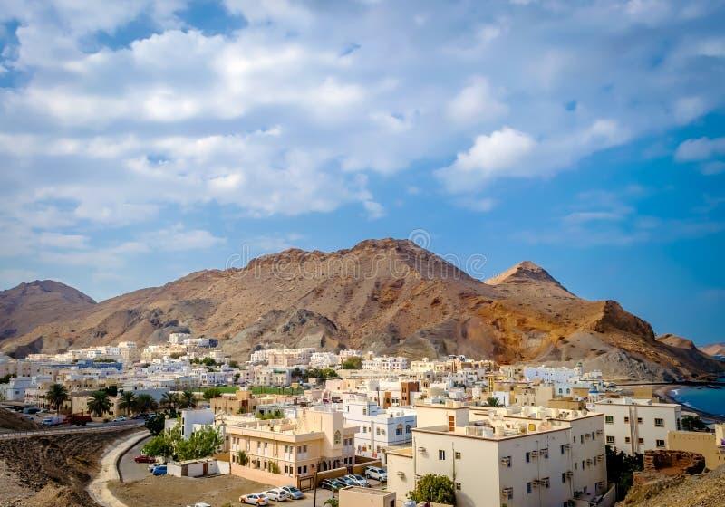 dorp bij de voet van de berg In Muscateldruif, Oman royalty-vrije stock afbeeldingen