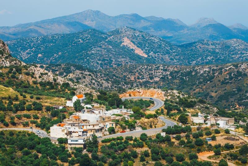 Dorp in de bergen, het Eiland van Kreta, Griekenland wordt verborgen dat stock afbeelding