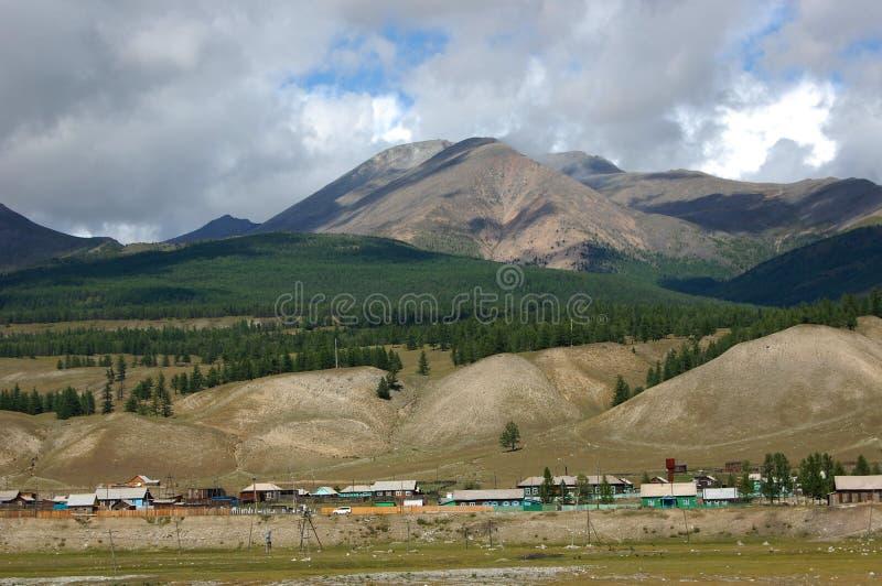 Download Dorp in de bergvallei stock afbeelding. Afbeelding bestaande uit taiga - 54077627