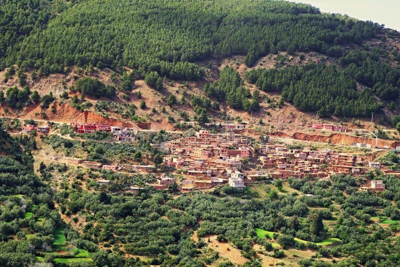Dorp in de hooglandkloof wordt gevestigd van de Atlasbergen in Marokko dat stock fotografie