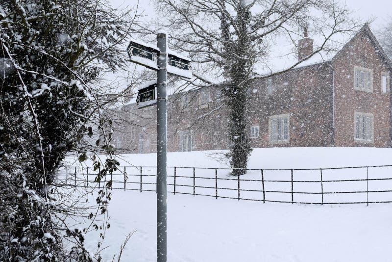 Dorp in de sneeuw stock foto's