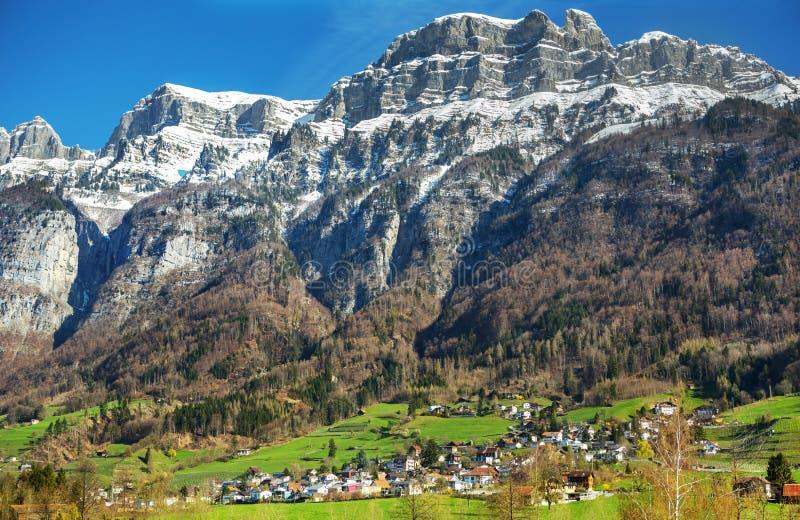 Dorp in de vallei, Zwitserland stock foto's