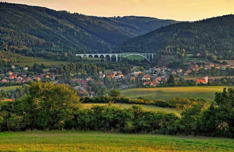 Dorp Dolni Loucky bij schemer met de spoorwegbrug stock afbeelding