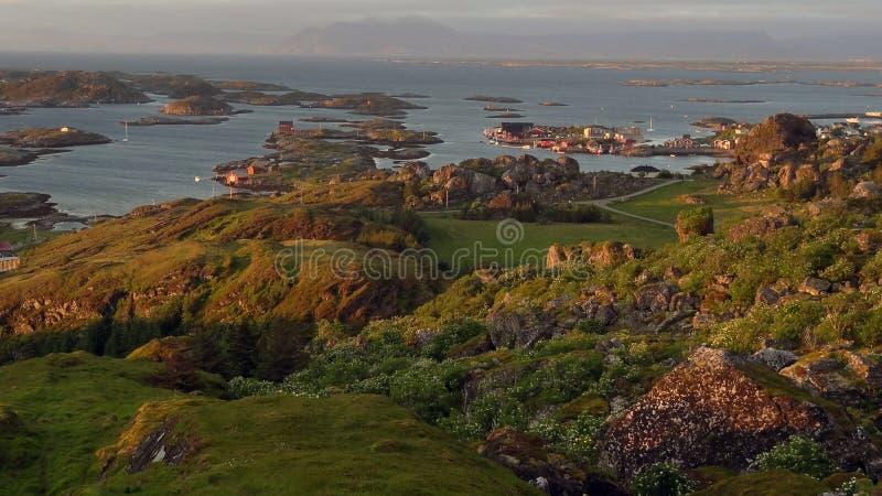 Dorp door het overzees in Noorwegen stock afbeelding