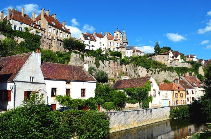 Dorp Flavigny sur Ozerain in Frankrijk stock foto's