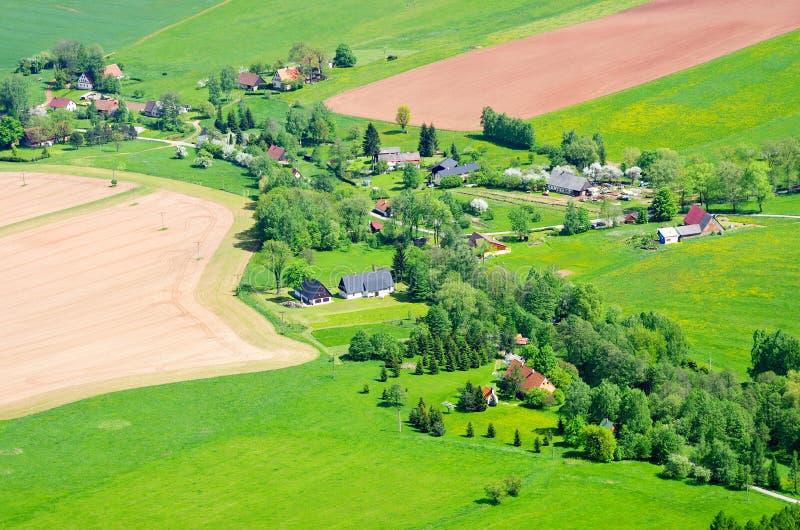 Dorp in het landbouwterrein stock afbeelding