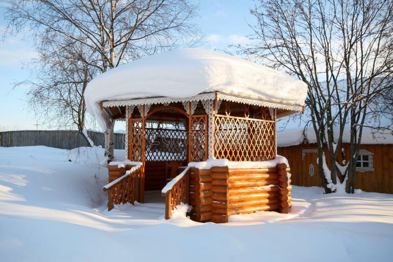 dorp Houten die as met het nationale Russische woodcarving wordt verfraaid stock foto