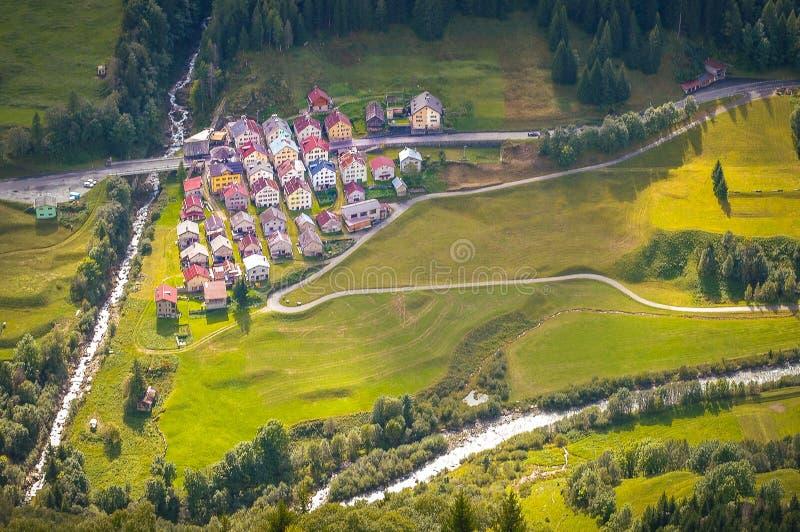 Download Dorp met kleurrijke huizen stock foto. Afbeelding bestaande uit groen - 114227606