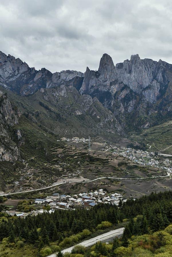 Dorp onder de Berg royalty-vrije stock afbeelding