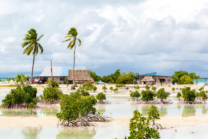 Dorp op het atol van Zuidentarawa, Kiribati, Gilbert-eilanden, Micronesië, Oceanië Met stro bedekte dakhuizen Het landelijke leve royalty-vrije stock foto