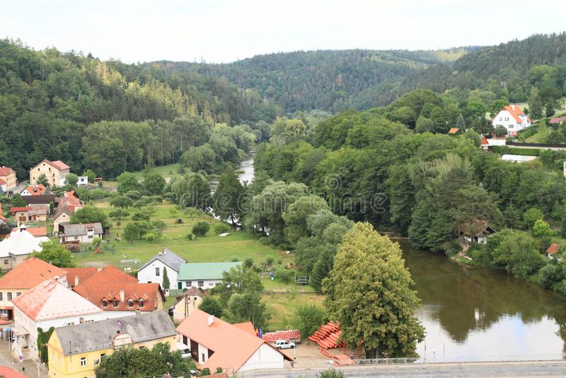 Dorp Tsjechische Sternberk met rivier Sazava royalty-vrije stock foto's