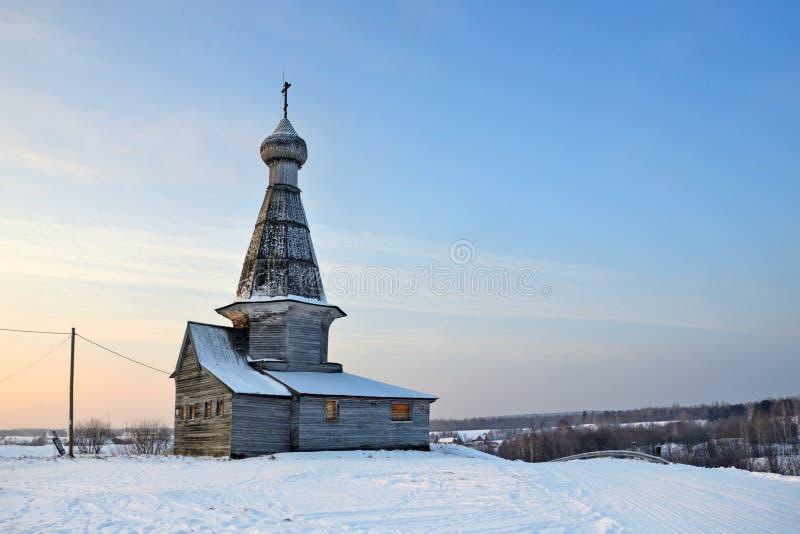 Dorp van Abramovskaya Lagere Maloshuyka, Bachevskaya Oude houten kerk van Sinterklaas in de winter bij zonsondergang, 1670 gebouw stock fotografie