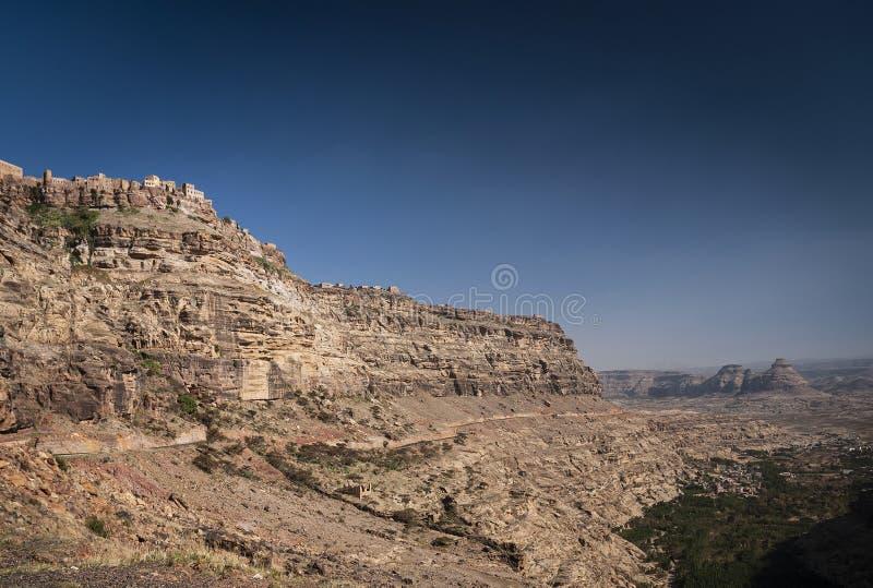 Dorp van de Kawkaban het oude heuveltop in harazbergen van Yemen stock afbeeldingen
